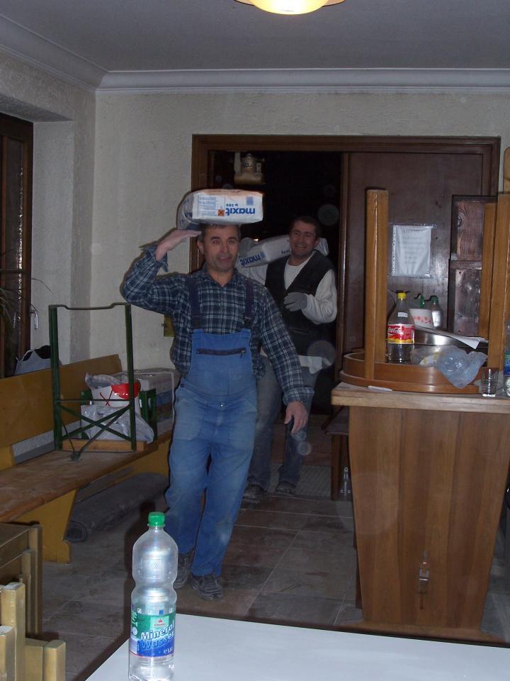 Decembrie, 17 - Se aduce materialul pentru zugravit în biserica
